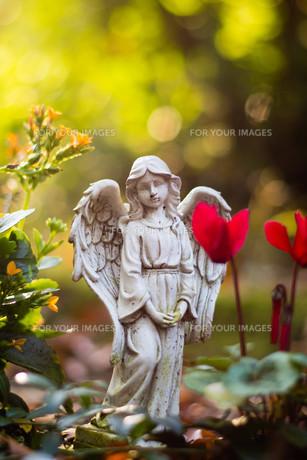 angel figure on cemeteryの素材 [FYI00708998]