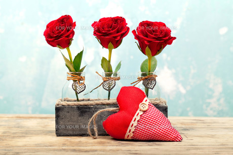 three red roses with heartの写真素材 [FYI00709463]