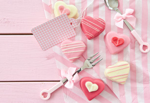 colourful petit fours in heart shapeの写真素材 [FYI00709542]