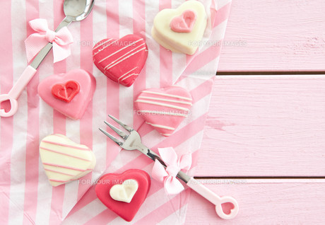 colourful petit fours in heart shapeの写真素材 [FYI00709545]