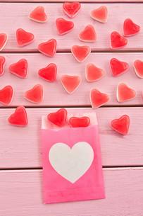 fruit gum in heart shapeの写真素材 [FYI00709546]