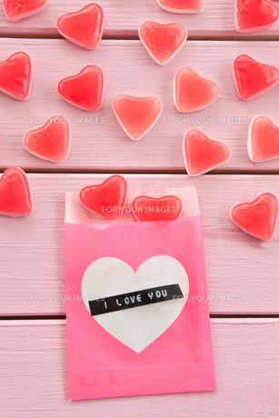 fruit gum in heart shapeの写真素材 [FYI00709547]