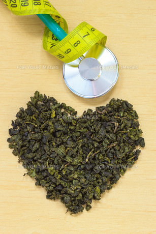 green tea leaves heart shaped and stethoscopeの写真素材 [FYI00709748]