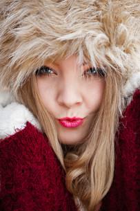 woman in winter clothing fur cap outdoorの素材 [FYI00709753]