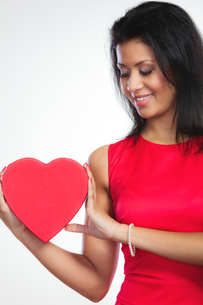 lovely woman with red heart shaped gift boxの写真素材 [FYI00709763]