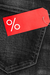 red label with percent sign on denimの写真素材 [FYI00709766]