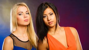 women in evening dresses in club portraitの写真素材 [FYI00709768]
