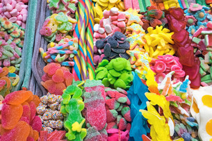 tasty sweets at a market in barcelonaの写真素材 [FYI00710041]