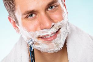 handsome man shaving with razorの写真素材 [FYI00710153]
