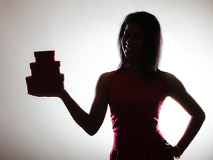 lovely woman with red heart shaped gift boxの写真素材 [FYI00710162]