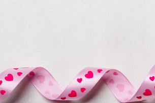 pink heart ribbon on cloth backgroundの写真素材 [FYI00710207]