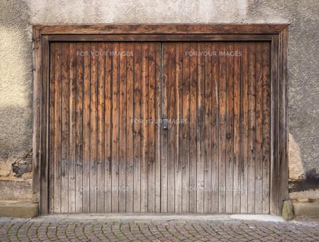 weathered brown wooden garage doorの写真素材 [FYI00710442]