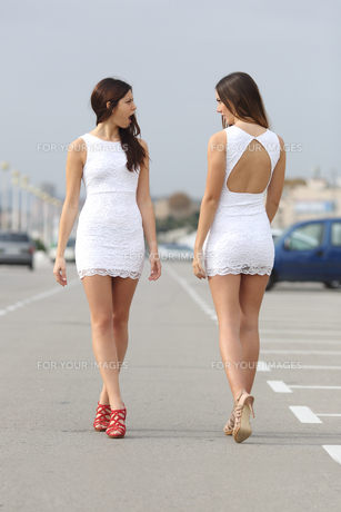 Two women with the same dress looking each other with hateの素材 [FYI00710467]