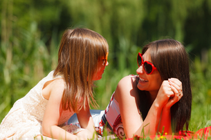 mother and daughter having picnic in parkの写真素材 [FYI00710673]