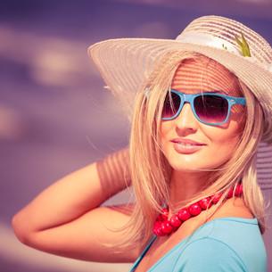 beautiful blonde girl in hat on beachの写真素材 [FYI00710675]