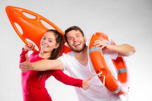 happy couple with lifeguard equipmentの写真素材 [FYI00710948]
