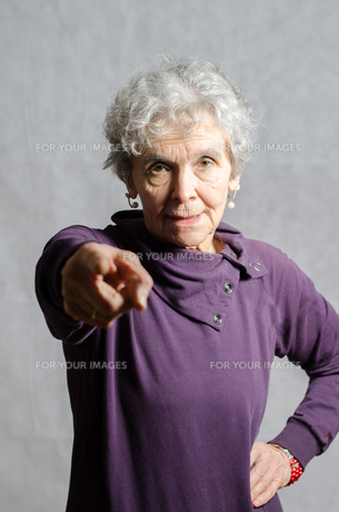 old woman pointing at youの素材 [FYI00711119]