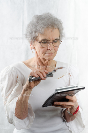 old woman with calculatorの素材 [FYI00711123]