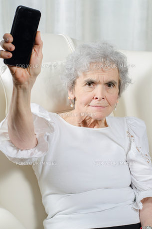 old woman with smartphoneの写真素材 [FYI00711216]