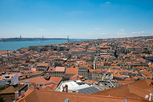 views of lisbon with the tagus in the backgroundの写真素材 [FYI00711572]