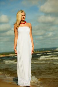 beautiful blonde girl on the beach,summertimeの写真素材 [FYI00711843]