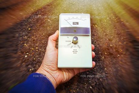 man with geiger counter measures radioactivityの写真素材 [FYI00712127]