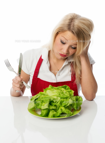 woman with lettuce pulls a poutの写真素材 [FYI00712172]