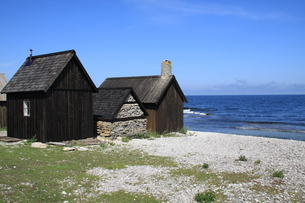 old historic fishermen's huts on the largest island of gotland schedischenの写真素材 [FYI00712789]