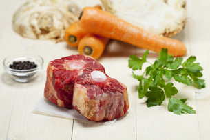 raw oxtail with ingredientsの写真素材 [FYI00713724]