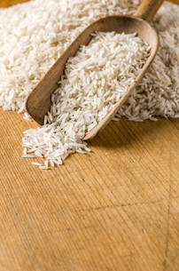 wood background with copy space - basmati riceの写真素材 [FYI00715137]