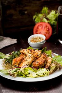 chicken breast on saladの写真素材 [FYI00715168]
