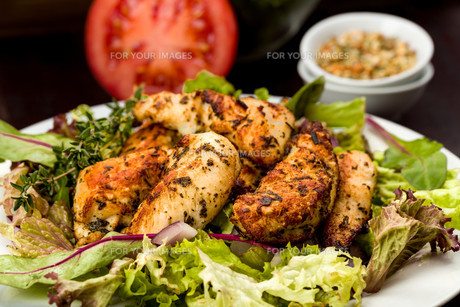 chicken breast on saladの写真素材 [FYI00715173]