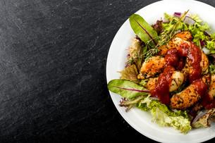 chicken breast on saladの写真素材 [FYI00715180]