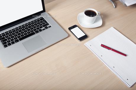 desk laptop mobile phoneの写真素材 [FYI00715216]
