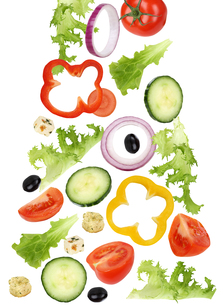 falling salad with tomato,cucumber,onion and peppersの写真素材 [FYI00715843]