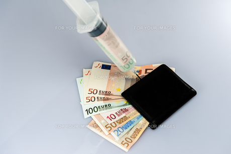 money syringe syringe filled with money injected a purseの写真素材 [FYI00716043]
