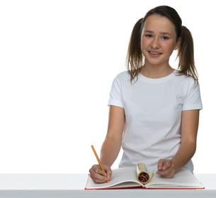 Cute young schoolgirl in classの写真素材 [FYI00716358]