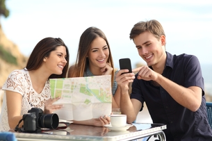 Group of young tourist friends consulting gps map in a smart phoneの写真素材 [FYI00716977]