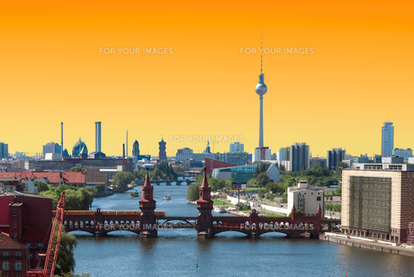 berlin skyline sunsetの写真素材 [FYI00717480]