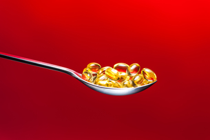 vitamin capsules and omega 3 capsules on white backgroundの写真素材 [FYI00717749]