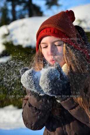 girl in snow winterの写真素材 [FYI00717766]