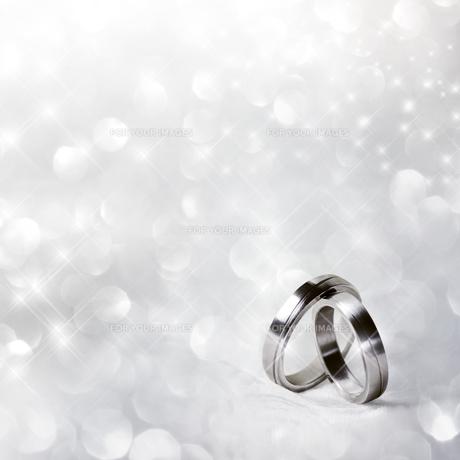 wedding rings in silverの写真素材 [FYI00718050]