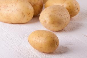 fresh washed unpeeled potatoes as closeupの写真素材 [FYI00718363]