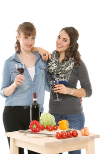 drink a glass of wine together girlfriendsの写真素材 [FYI00718477]