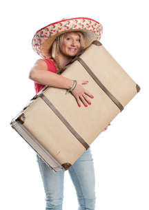 woman with sombrero carrying a suitcaseの素材 [FYI00718624]