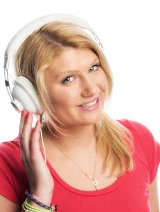 blonde woman portrait wearing headphonesの写真素材 [FYI00718625]