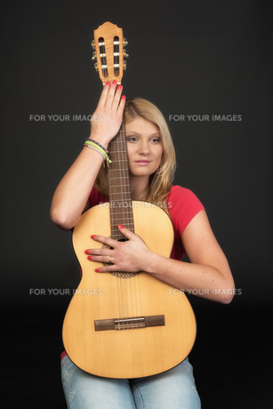 pensive girl with guitarの写真素材 [FYI00718637]