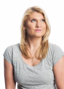 blonde woman looking upwardsの素材 [FYI00718649]