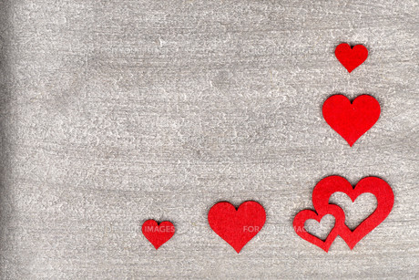 rustic wooden background with bright red hearts and free space as text greeting for valentine's dayの写真素材 [FYI00719681]