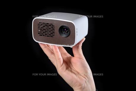 held minibeamer in handの写真素材 [FYI00719762]